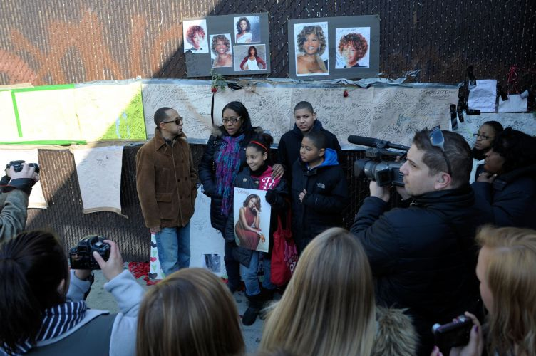 Fãs prestam suas homenagens à Whitney Houston em frente ao Apollo Hotel, no bairro do Harlem, em Nova York, nos EUA