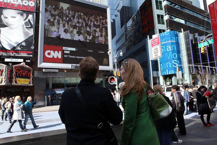 Público se reúne no Times Square para assistir transmissão do velório de Whitney Houston, que acontece em Newark, cidade natal da cantora