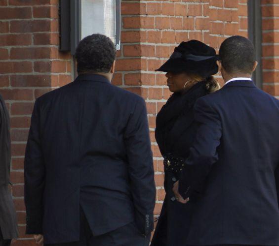 Cantora Mary J. Blige chega ao velório de Whitney Houston, em Newark, cidade natal da artista