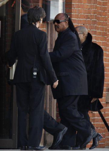Cantor Steve Wonder chega ao funeral de Whitney Houston, em Newark, cidade natal da cantora