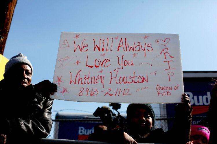 Fãs prestam homenagens à Whitney Houston nas imediações da igreja New Hope, em Newark, EUA, onde acontece o funeral da artista pop