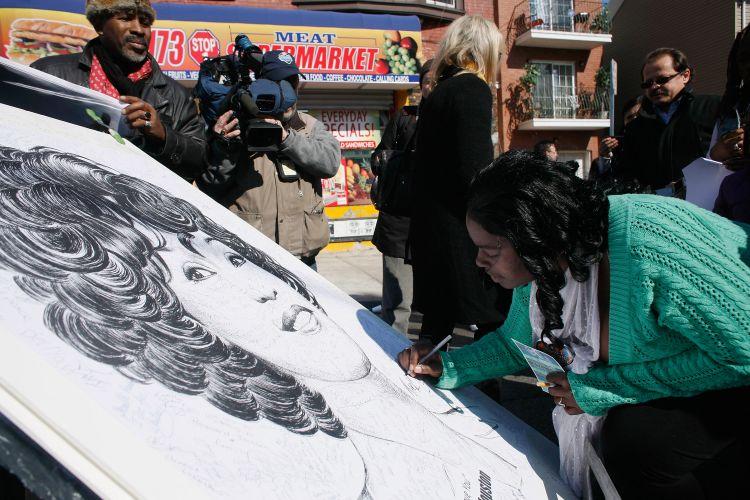 Próximo ao velório, fãs de Whitney Houston assinam ilustração do artista Mark G