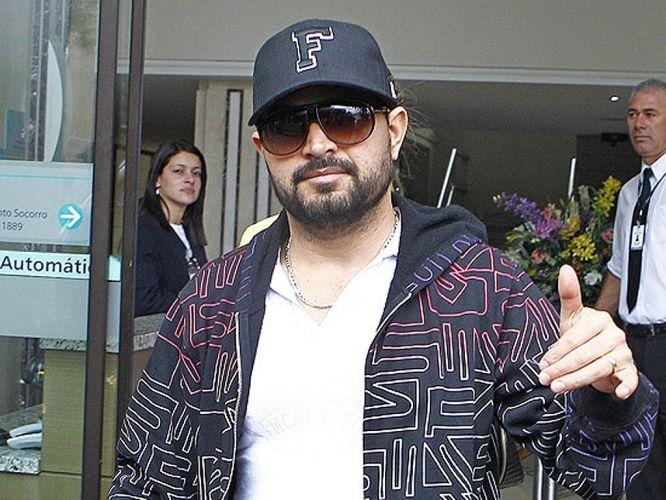 O cantor Luciano recebe alta do Hospital Santa Cruz, em Curitiba (PR), dois dias após ser internado na UTI após um mal-estar