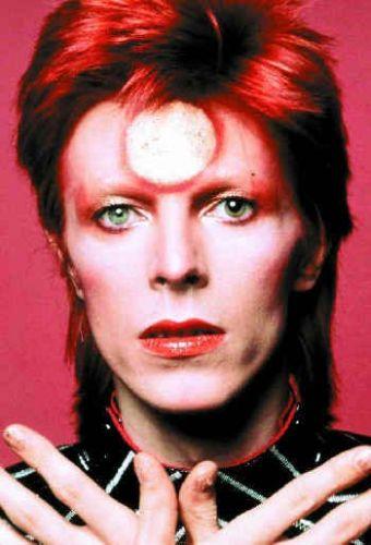O cantor David Bowie vestido e maquiado como Ziggy Stardust, personagem criado para o disco