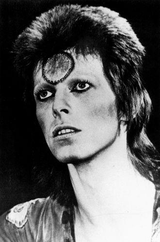 David Bowie caracterizado como o extraterrestre Ziggy Stardust, personagem criado para o disco