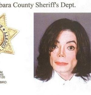 Michael Jackson é fichado ao ser preso sob acusação de molestar um menino de 13 anos (20/11/03)