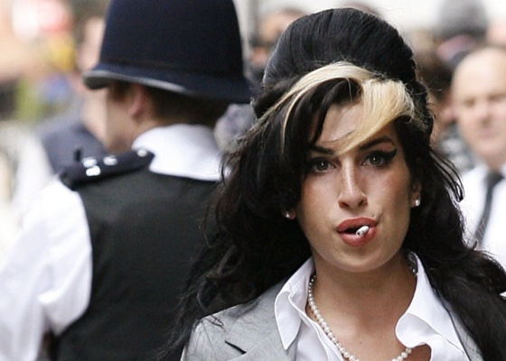 Amy Winehouse chega  corte de Londres em julho de 2009, quando foi acusada de ter agredido uma f durante um evento beneficente (24/7/09)