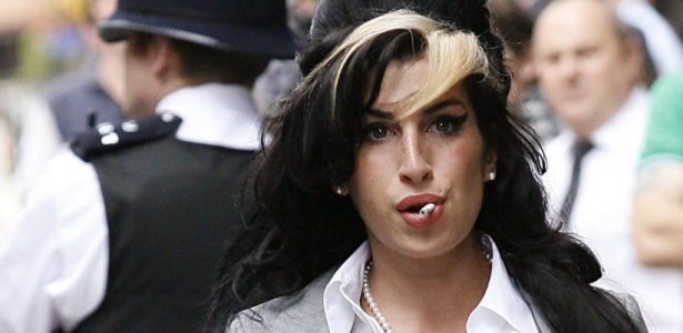 Amy Winehouse chega à corte de Londres em julho de 2009, quando foi acusada de ter agredido uma fã durante um evento beneficente (24/7/09)