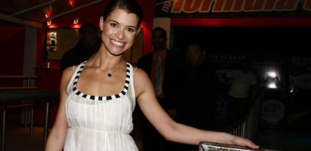 Na noite que fez 27 anos, Alinne Moraes reúne elenco da
