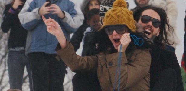 Katy Perry brinca na neve com o namorado, o comediante inglês Russell Brand, em Hampstead Heath, ao norte de Londres (23/12/09)