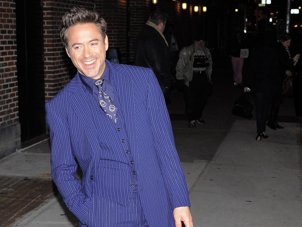 Robert Downey Jr. chega ao Ed Sullivan Theatre, em Nova York, para participar do programa de David Letterman e promover o filme