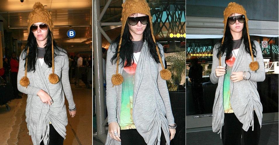 Após passar dias cheios de romantismo com o namorado, o ator inglês Russell Brand, ao norte de Londres, Katy Perry é vista chegando sozinha no aeroporto de Los Angeles (24/12/09)