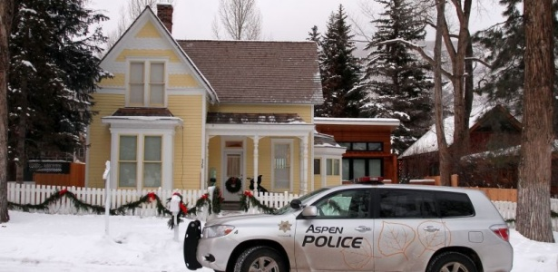 Polcia chega  casa de Charlie Sheen em Aspen, no dia de Natal (25/12/09)