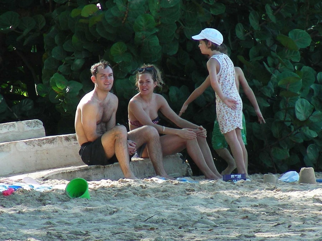 Jude Law, Sienna Miller e os filhos do ator em praia do Caribe (27/12/2009)