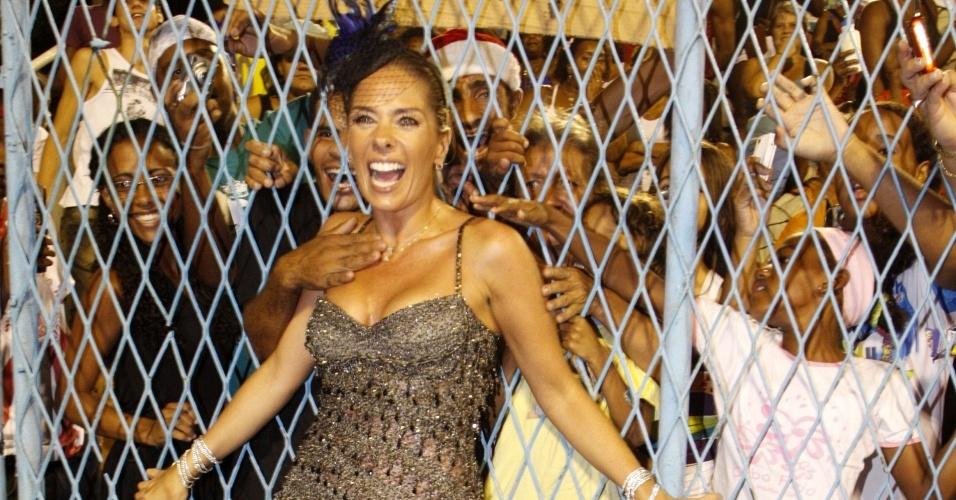 Adriane Galisteu posa para fotos com o público no ensaio da Unidos da Tijuca, no Sambódromo do Rio de Janeiro (20/12/2009)