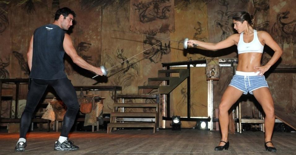 Os atores Thierry Figueira e Priscila Fantin duelam no primeiro encontro de seus personagens em