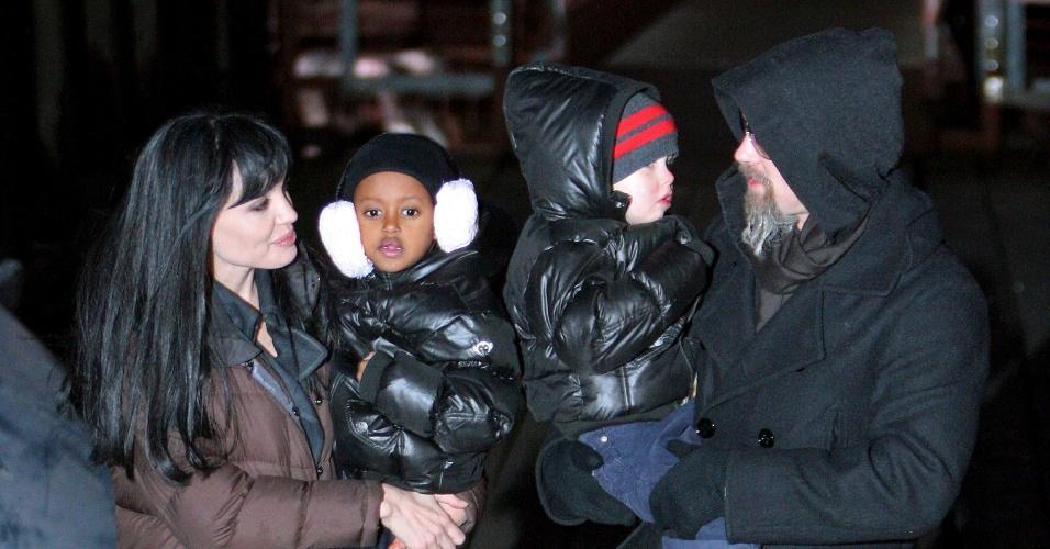 """Angelina Jolie recebe a visita de Brad Pitt e das filhas Shiloh (dir.) e Zahara (esq.) no set do filme """"Salt"""" em Nova York (29/12/2009)"""