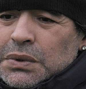 Diego Maradona com os brincos apreendidos pela polcia italiana