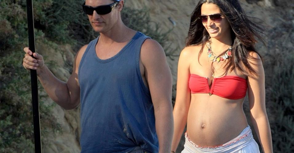 Grávida de seis meses, Camila Alves passeia com o marido, o ator Matthew McConaughey na praia de Malibu, Califórnia