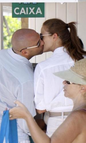 Letícia Birkheuer e novo namorado se beijam na praia do Pepe (3/1/2010)