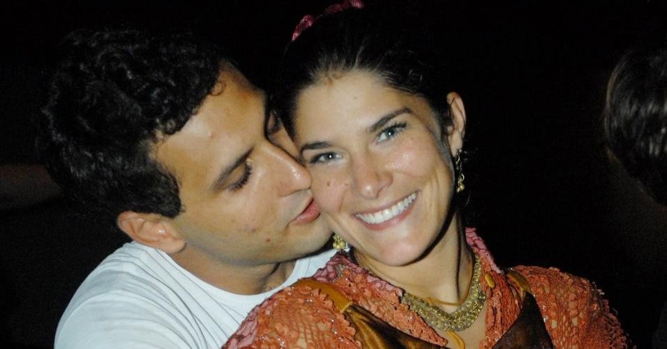 O biólogo Miguel de Moraes com a amada Priscila Fantin na estreia da peça