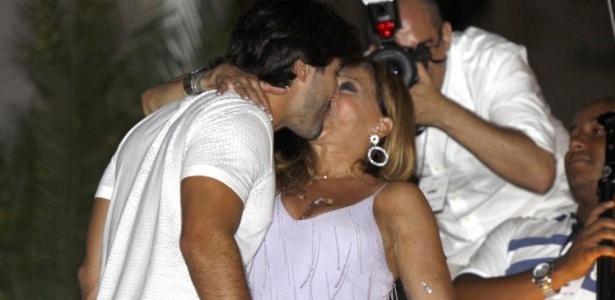 Susana Vieira e Sandro Pedroso se beijam durante a virada do ano no hotel Copacabana Palace (1/1/2010)