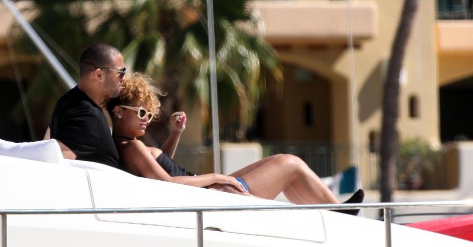 A cantora Rihanna e o jogador de beisebol Matt Kemp descansam em iate em Cabo San Lucas, no México (6/1/2010)