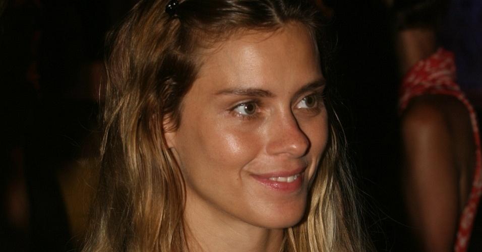 Carolina Dieckmann chega à festa de abertura do Fashion Rio Inverno 2010, no Cais do Porto do Rio de Janeiro (7/1/10)