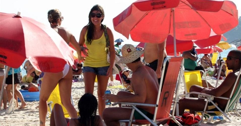 Fernanda Paes Leme e o ex-namorado Thiago Martins se encontram na praia do Leblon (12/1/2010)