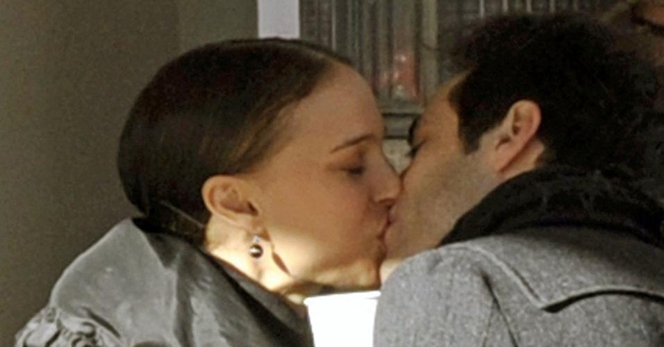 Natalie Portman e o dançarino Benjamin Millepied se beijam na entrada de um teatro em NY (9/1/2010)