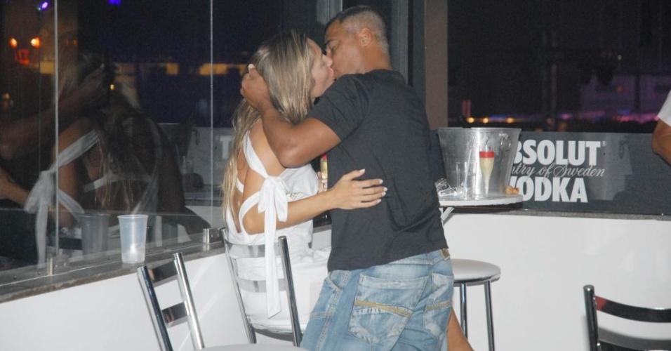 Romário beija loira em camarote de show no Rio (16/01/2010)