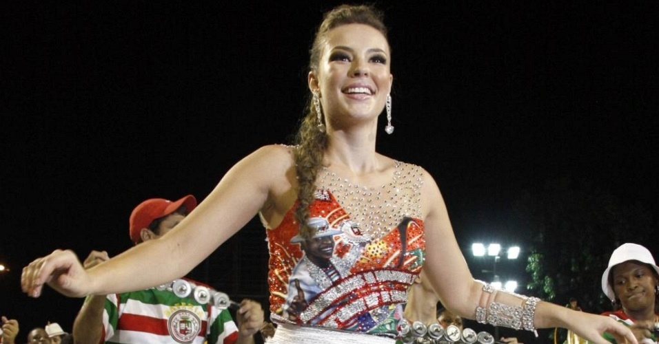 Paola Oliveira usou uma saia comportada no ensaio da Grande Rio na Sapucaí (17/01/2010)