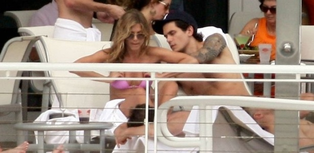Jennifer Aniston e John Mayer no incio do romance na piscina de um hotel em Miami (10/5/08)