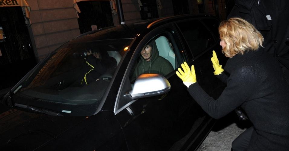 A repórter Elena Di Cioccio tenta falar com David Beckham, após apalpá-lo usando luvas amarelas (18/1/2010)