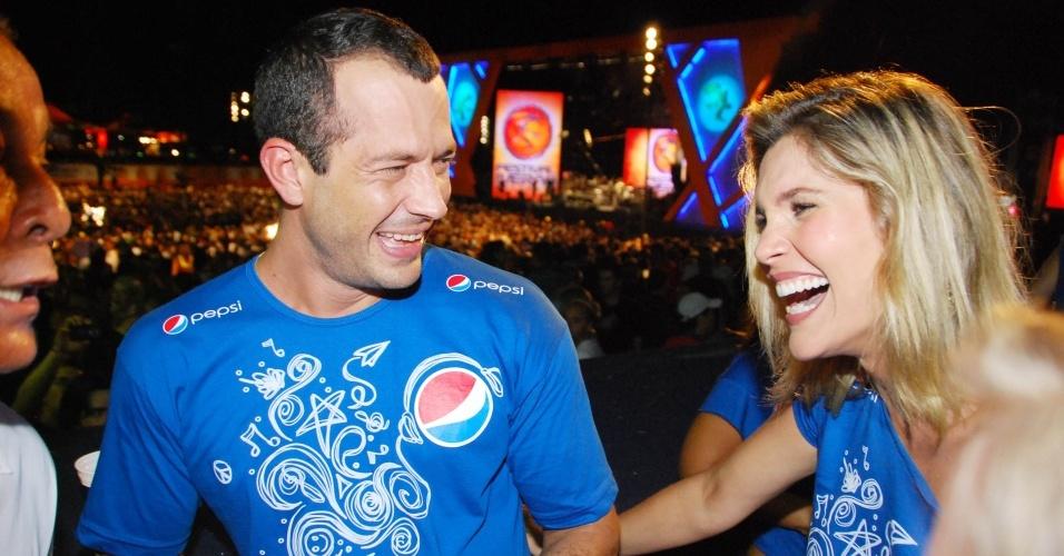 Malvino Salvador e Flávia Alessandra no camarote no primeiro dia do Festival de Verão de Salvador (20/1/2010)