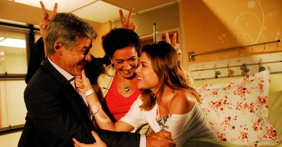 Alinne Moraes é recebida com brincadeiras pelos colegas de elenco