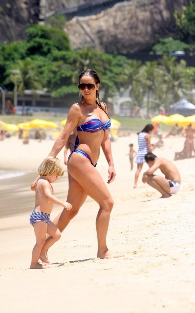 Danielle Winits leva o filho Noah para a praia do Leblon (01/02/2010)