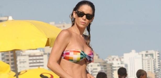 Danielle Winits foi à praia do Leblon nesta terça-feira (02/02/2010)