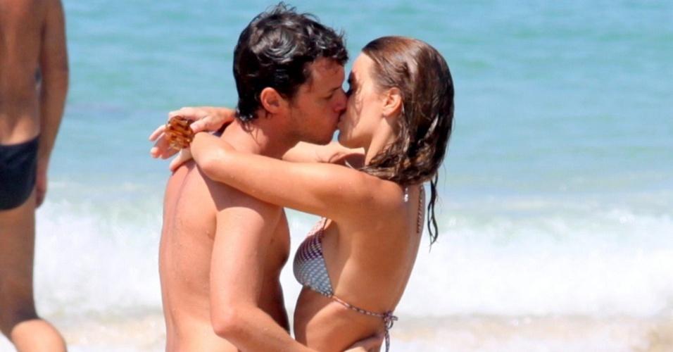 Carolina Dieckmann e o marido Tiago Worcman se beijam na praia do Pepê, no Rio de Janeiro (3/2/2010)