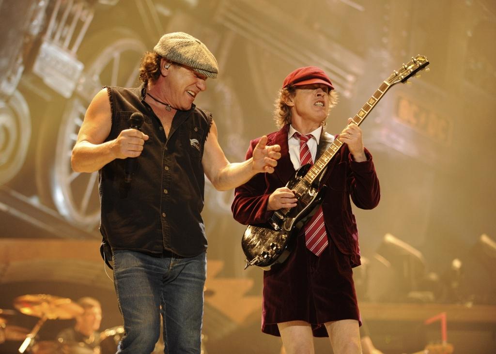 Os músicos Brian Johnson (esq.) e Angus Young (dir.), do AC/DC, durante apresentação em Wilkes-Barre, Pensilvânia (28/10/2008)