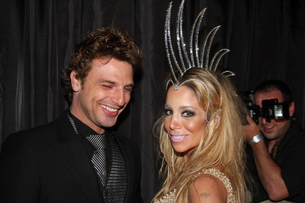 Cássio Reis e Danielle Winits vão ao Baile da Cidade, festa pré-carnavalesca que reuniu famosos em São Paulo. A atriz usou um arranjo