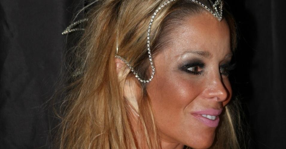Danielle Winits vai com um arranjo de cabeça desenhado por Fause Haten ao Baile da Cidade, em São Paulo (05/02/2010)