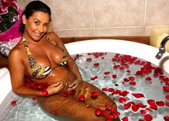 Scheila Carvalho relaxa no Hotel Paradies, em São Paulo