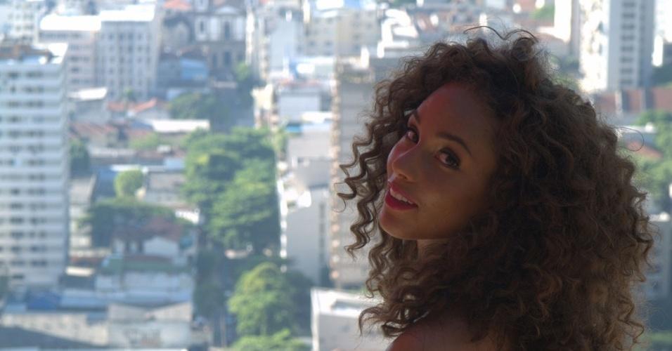 Alicia Keys descansa, se refresca e cumprimenta uma policial durante intervalo nas gravações no morro Dona Marta, no Rio de Janeiro (9/2/10)