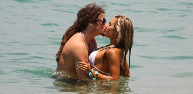 Felipe Dylon e a namorada Mariana Fusco trocam muitos beijos durante tarde de sol na praia de Ipanema (9/2/10)