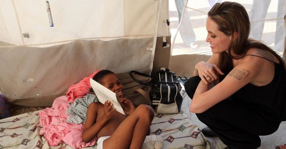 A atriz Angelina Jolie visita crianças em hospital em Porto Príncipe, no Haiti (9/2/2010)