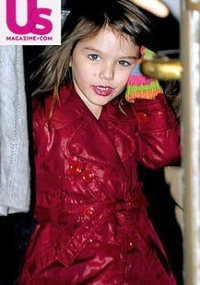 Suri Cruise, filha de Tom Cruise e Katie Holmes, sai de restaurante em NY usando batom cor-de-rosa (9/2/2010)