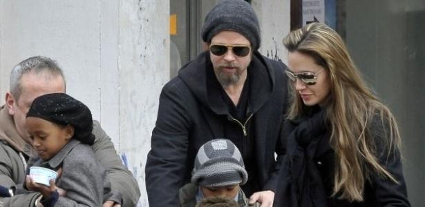 Brad Pitt e Angelina Jolie são fotografados com seus filhos em Veneza, na Itália (16/02/2010)