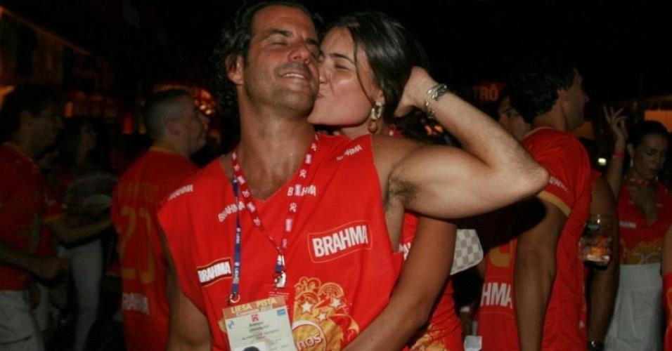 Álvaro Garnero e a namorada Francielle Zanon curtem no camarote o Desfile das Campeãs (20/2/10)