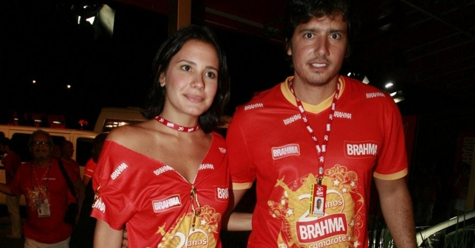 Juliana Knust com Gustavo Machado no desfile das campeãs, no Rio (20/2/10)